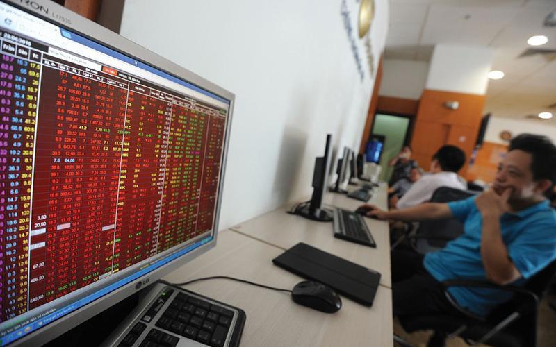 """Sóng cổ phiếu ngân hàng """"gập ghềnh"""" trước áp lực chốt lãi"""
